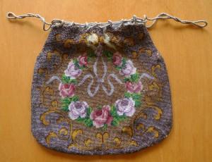 """gewebter Beutel. Wie fein die Bänder und die Blüten gearbeitet sind! Es wurde Opalglas benutzt. Beim Tragen des Beutels """"bewegt"""" sich das Band!"""