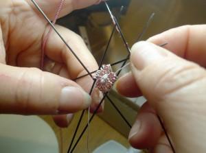5 Nadeln und ein paar Perlen dazwischen. Gestrickt wurde mit 15er Rocailles