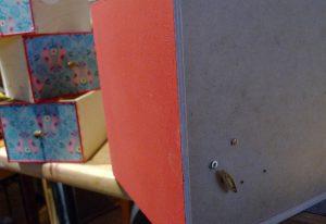 Die Spieluhr ist im Innern der Kommode versteckt. Aufgezogen wird sie hinten.