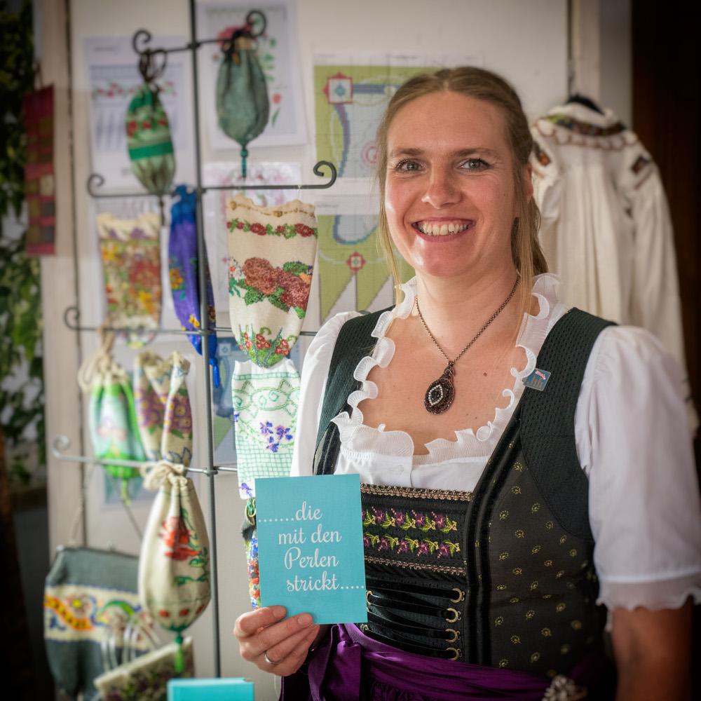 Claudia Flügel-Eber die mit den Perlen strickt Gredinger Trachtenmarkt